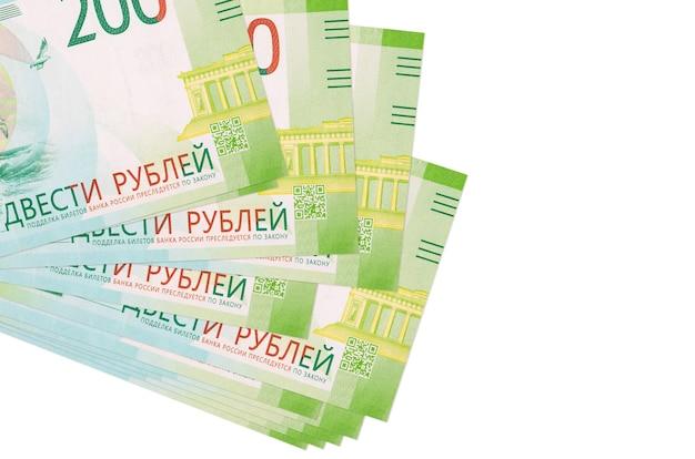 Купюры 200 российских рублей лежат в небольшой пачке или пачке, изолированные на белом фоне