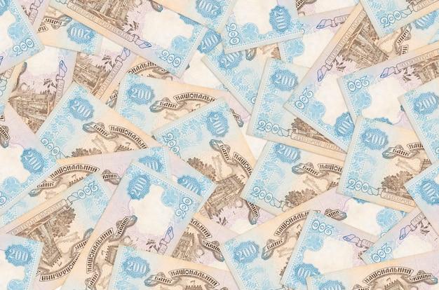 200ウクライナグリブナ手形は大きな山にあります。豊かな生活の概念的な背景。巨額