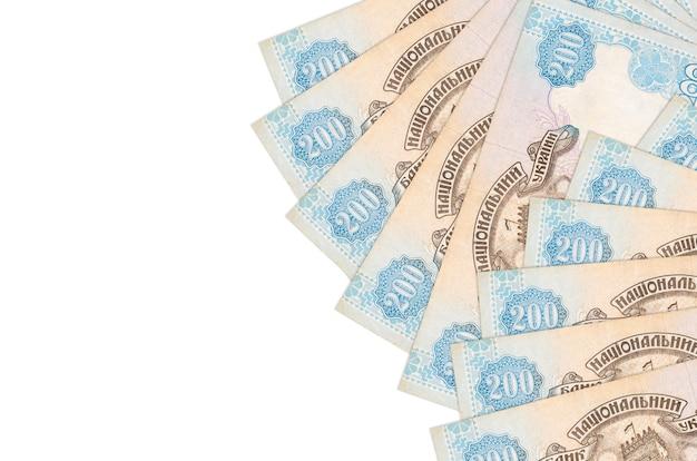 200のウクライナグリブナ紙幣はコピースペースのある白い壁に隔離されています。大量の自国通貨資産