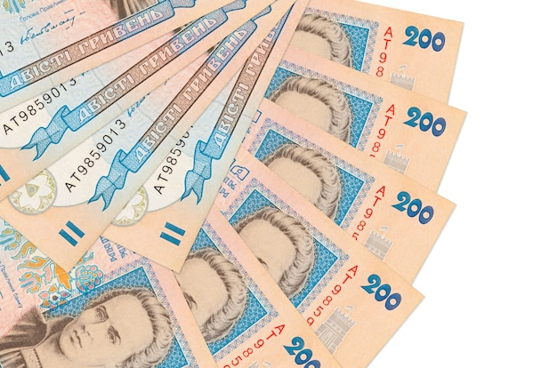 Банкноты 200 украинских гривен лежат изолированно на белой стене с копией пространства, сложенными в форме вентилятора крупным планом. концепция финансовых операций