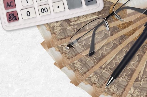 2000年ハンガリーのフォリント紙幣ファンと電卓。