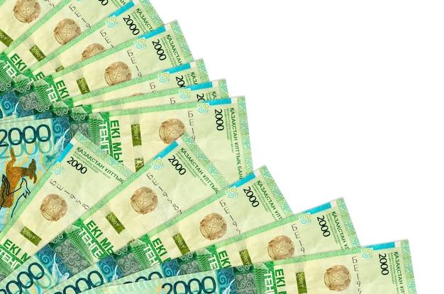 2000カザフスタンのテンゲ手形は、ファンのクローズアップに積み重ねられて孤立して横たわっています。給料日の時間の概念または財務業務
