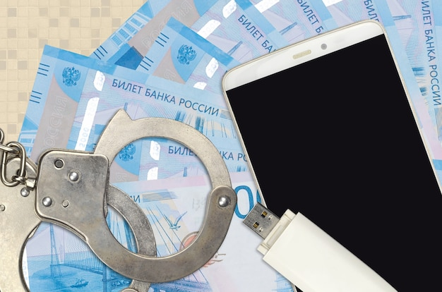 2000ロシアルーブル紙幣と警察の手錠付きスマートフォン