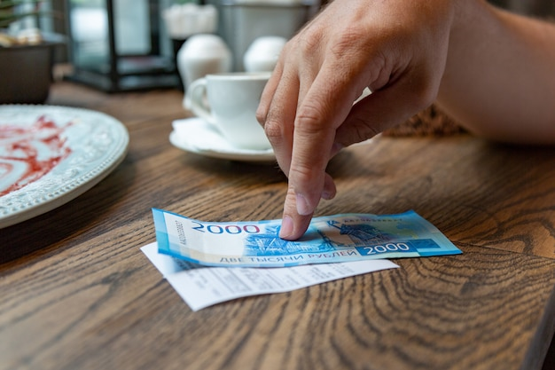 Новые российские банкноты номиналом в 2000 рублей для оплаты счета