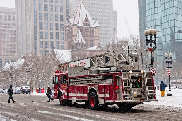 マサチューセッツ州ボストン -  2012年1月16日:都市の雪の通りを移動する消防車。