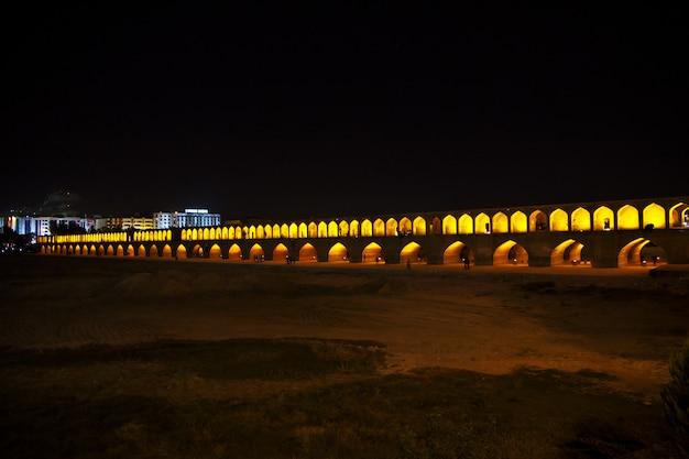 イスファハン/イラン-2012年10月3日:イランの古代都市イスファハンの夜