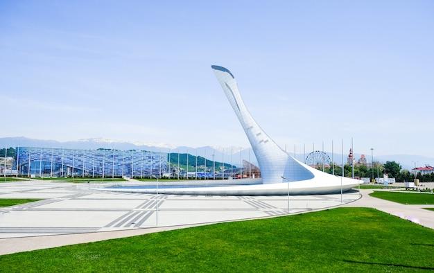 オリンピックの炎のボウル「ファイアバード」とオリンピック公園の歌う噴水。 2014年のソチでのオリンピックのメインシンボル