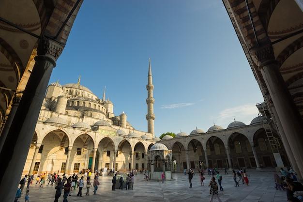 イスタンブールトルコ-2015年6月10日:トルコ、イスタンブールのブルーモスクへの入り口。ブルーモスクの正式名称は「スルタンアフメット」です。