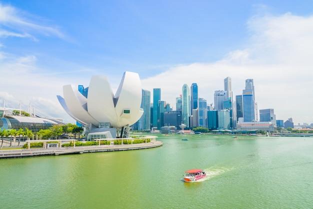 シンガポール -  2015年7月16日:マリーナベイの景色。マリーナベイはシンガポールで最も有名な観光スポットの一つです。