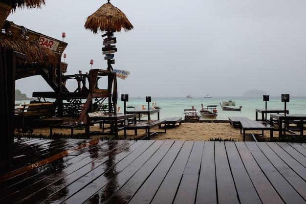 2016年10月16日:タイ、サヌン島の海の島でテラス