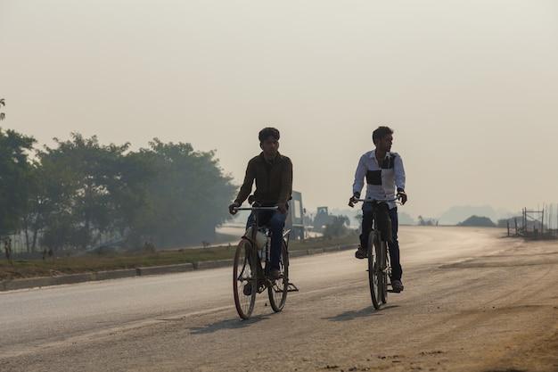 ビハールインド -  2016年2月14日:未確認の人とインドの交通