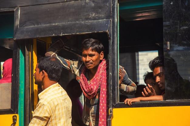 ビハールインド -  2016年2月19日:正体不明の人々とインドの交通