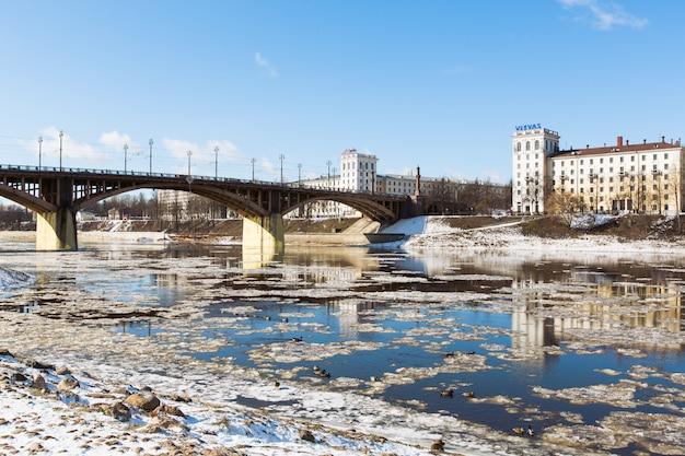 2016年3月20日、ベラルーシのビテブスク:雪が降るキーロフ橋