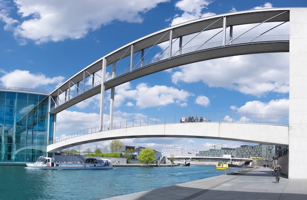 ベルリン、ドイツ-2016年5月12日:paul-loebe-haus桟橋/国会議事堂。ポール・ローベ・ハウスは、シュプレー川に架かるマリー・エリザベス・リューダース・ハウスと橋で結ばれています。