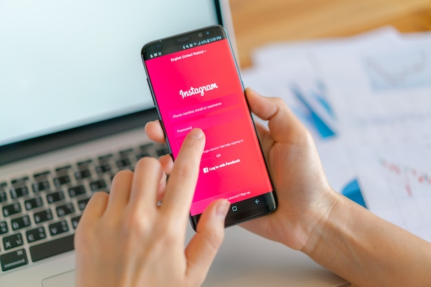 ルーイ、タイ -  2017年5月10日:instagramのモバイルアプリケーションでsamsung s8を手に持ち、画面に表示する。