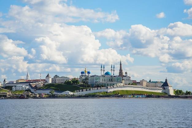 カザン、ロシア、2017年6月7日:カザンクレムリンの川の眺め