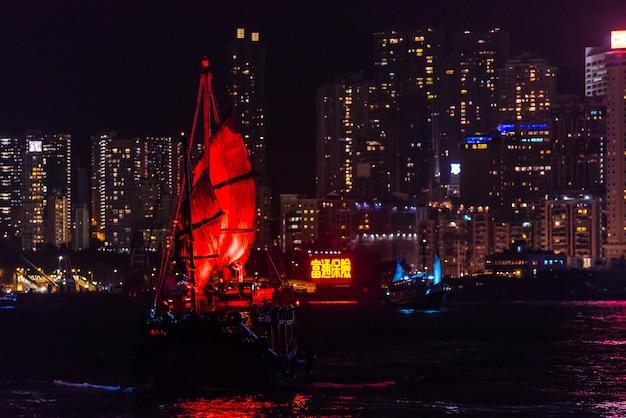 九龍、香港 -  2017年8月24日:美しいカラフルな建物を持つ香港港のランドマーク