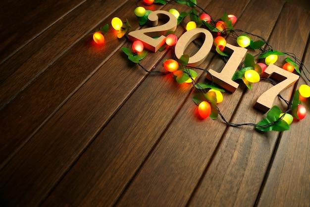 2017年の新年、木製の人形、そしてレトロデスクトップの点滅灯