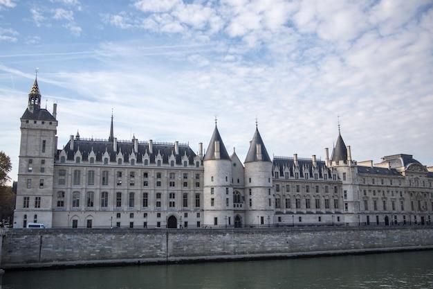 パリ、フランス -  2018年10月16日:パリ城コンシェルジュリー - 元王宮および刑務所。シテ島の西側と今日 -  palais de justiceとして知られるより大きな複合施設の一部に位置するコンシェルジュリー