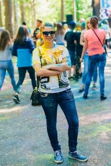 ビシュガ、ロシア-2018年6月17日:色ホーリー祭。幸せな少女の肖像画