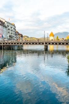 ルツェルン、スイス-2018年8月28日:ルツェルン市、古い建物、スイスのルツェルンとロイス川の眺め。