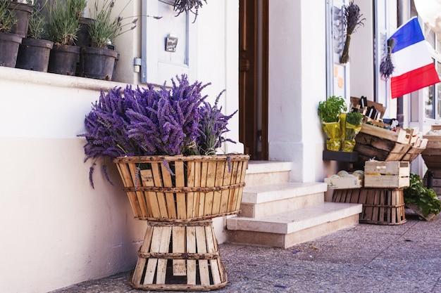 Франция, валансоль, июль 2018 года. красивые лавандовые букеты стоят в корзине для продажи на местном рынке