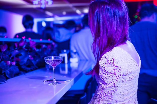 Минск-беларусь, декабрь 2018 года. одинокая девушка в ночном клубе
