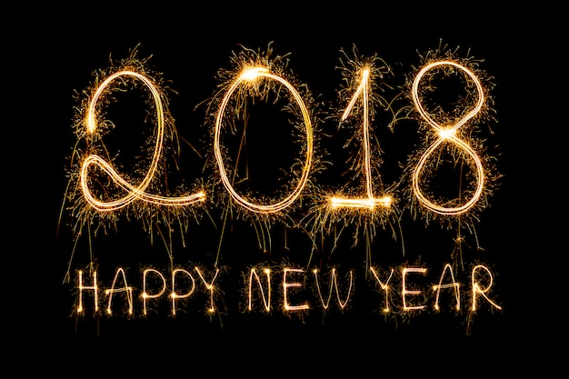 スパークルの花火で書かれた2018、幸せな新年