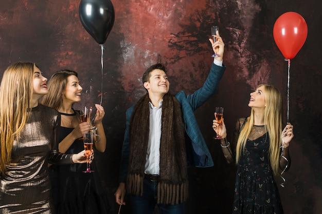 Четверо друзей, имеющих вечеринку в 2018 году