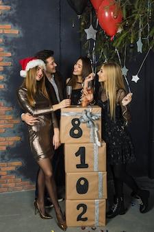 Четверо друзей празднуют 2018 год