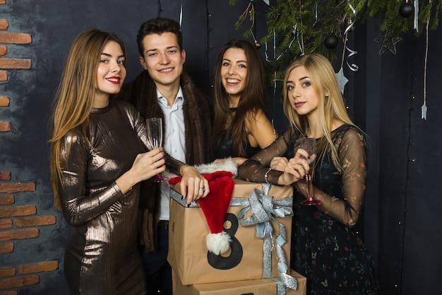Четыре хороших друга празднуют 2018 год