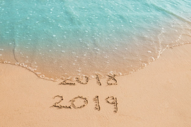 Волна смывает надпись 2018