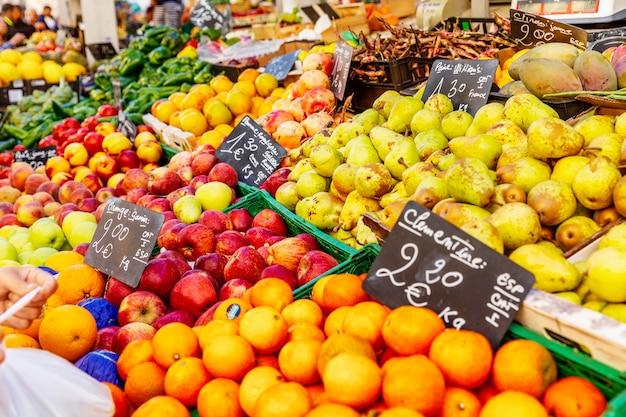 フランス、マルセイユ、2019年10月7日:市内のさまざまな果物が市場に出回っています。