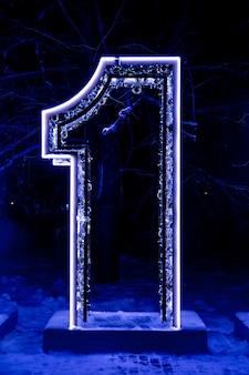 新年のサイン2019の一部、番号1、装飾された街灯、花輪で囲まれています。