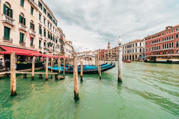 イタリア、ヴェネツィア-2019年5月3日:夏の晴れた日にイタリアのヴェネツィアの運河で表示します。