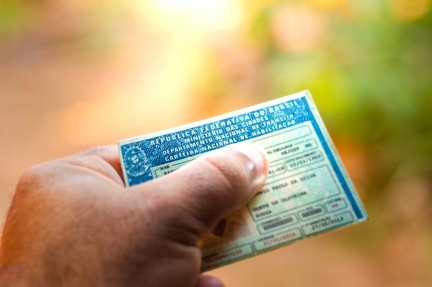 2019年8月28日、ブラジル。文書「カルテイラ・ナシオナル・デ・ハビリタ・§§£o」(cnh)を保持している男。運転免許証は、陸上自動車を運転する市民の能力を証明します