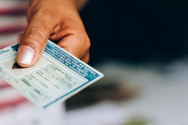 2019年9月10日、ブラジル。男は国家運転免許証(cnh)を保持しています。ブラジルの公式文書。市民が陸上車両を運転する能力を証明しています。
