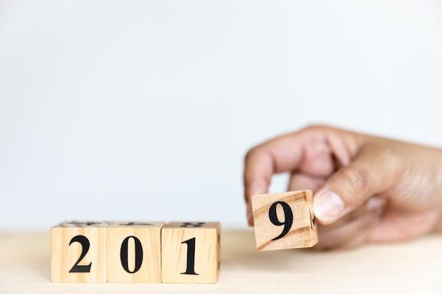 2019年代の新年コンセプトデザインが9番の木製キューブを手に入れています