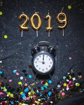 2019 свечи и будильник с конфетти