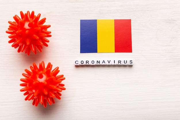 Абстрактный штамм вируса модель 2019-нков ближневосточного респираторного синдрома коронавируса или коронавируса covid-19 с текстом и флагом румынии на белом фоне.