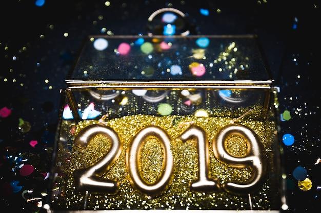 2019 декоративная цифра на золотых блестках