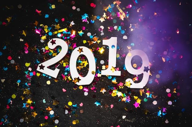 2019 с яркими блестками на столе