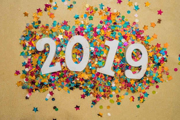 2019 надпись с блестками на столе