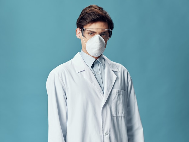防護マスクの医者の男性、インフルエンザ、ウイルスの悪化、コロナウイルス2019-ncov