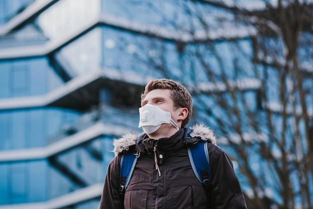 防護マスクを着た男。中国からの新しいコロナウイルス2019-ncov