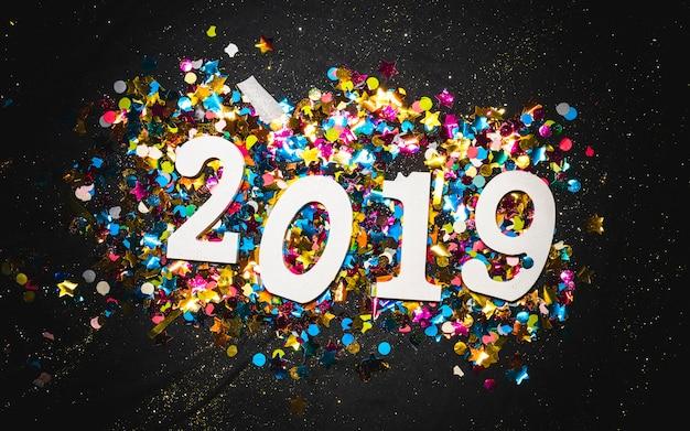 2019 новый год блестящего украшения на конфетти
