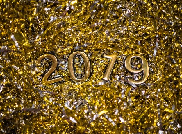 2019 между золотой мишурой