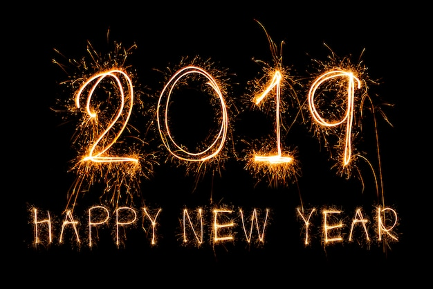 スパークルの花火で書かれた新年の幸せ2019