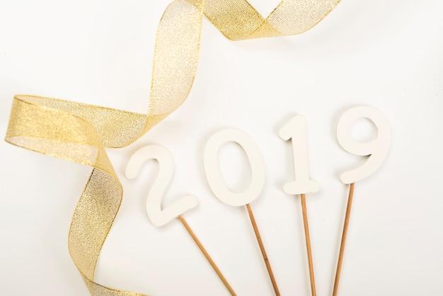 新年2019写真の小道具はリボンの近くに横たわっています