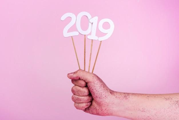 2019年の記念碑を持つ棒を持つスパンコールの手